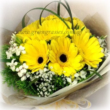 HB07070-LLGRW-10 Yellow Gerbera hand bouquet