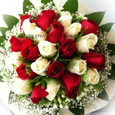 Hb12135 Llgrw 24 Roses Red Wh Hand Bouquets