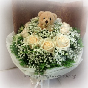 HB08123D-LGLSW-6 Cr Wh Rose w/Bear hand bouquet