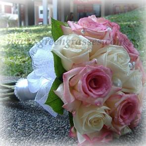 WB17039-ROM-12 Ecuador Rose(Wh+Pk) hand bouquet