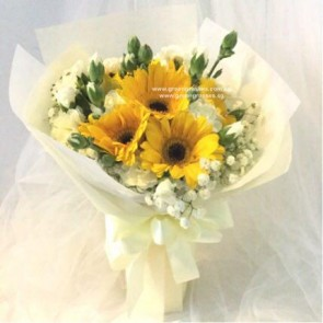 HB06578-LLGRW-6 Yel Gerbera hand bouquet