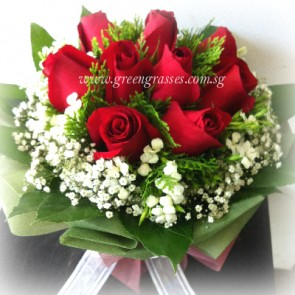 HB07319-LLGRW-9 Red Rose hand bouquet